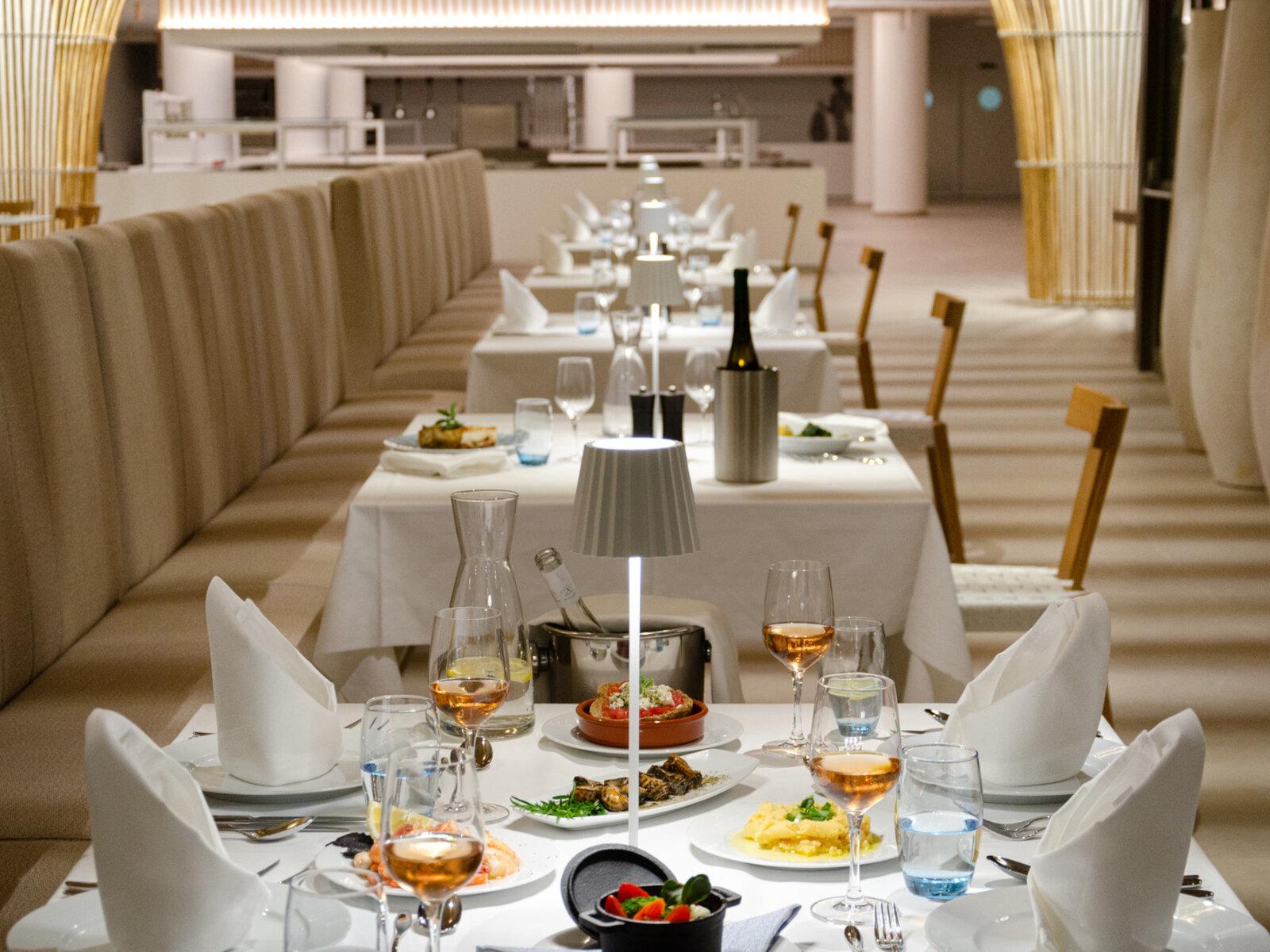 Hauptrestaurant mit Weinterrasse