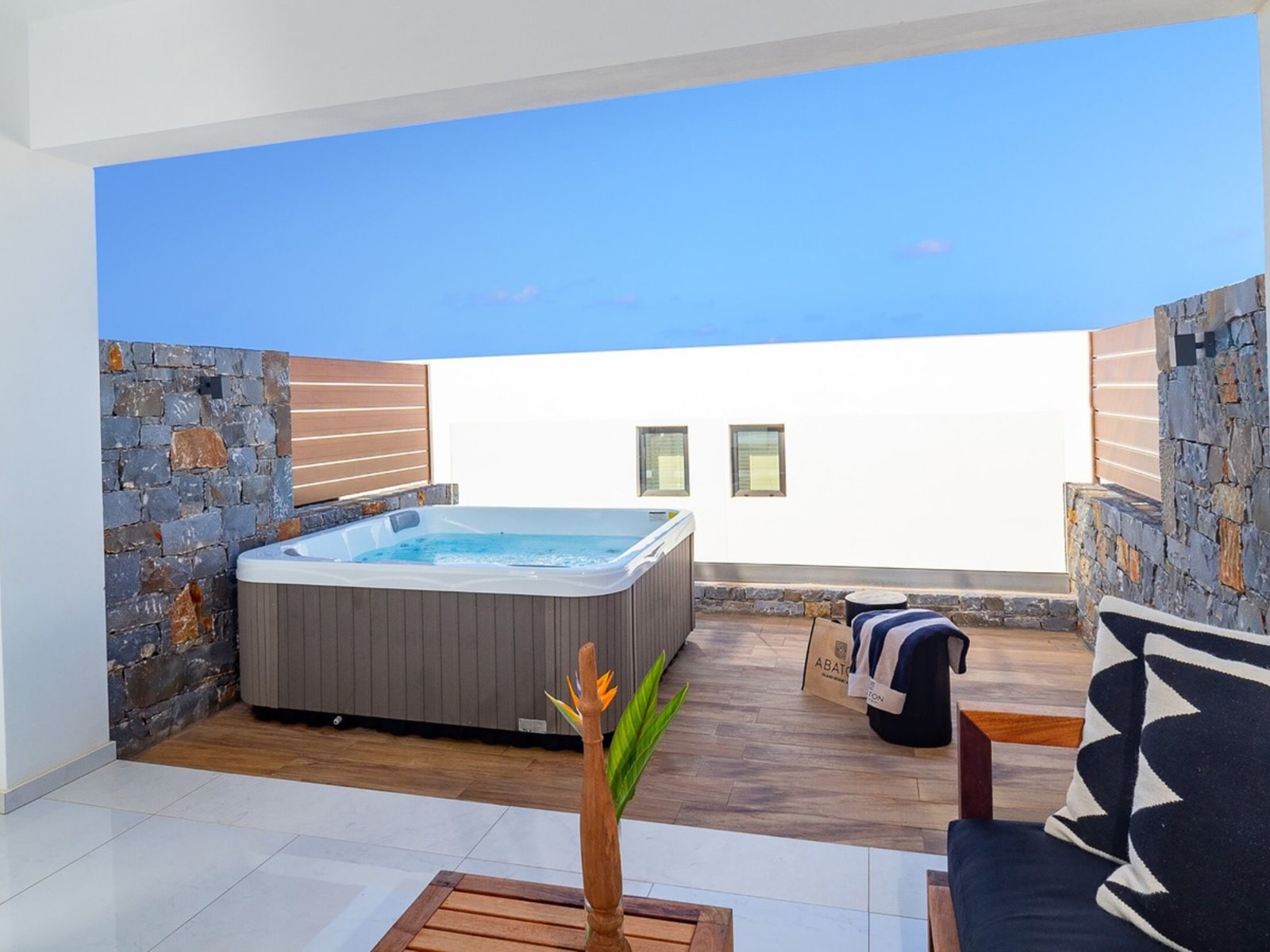 Wohnbeispiel Luxury Guestroom with Private Outdoor Jacuzzi