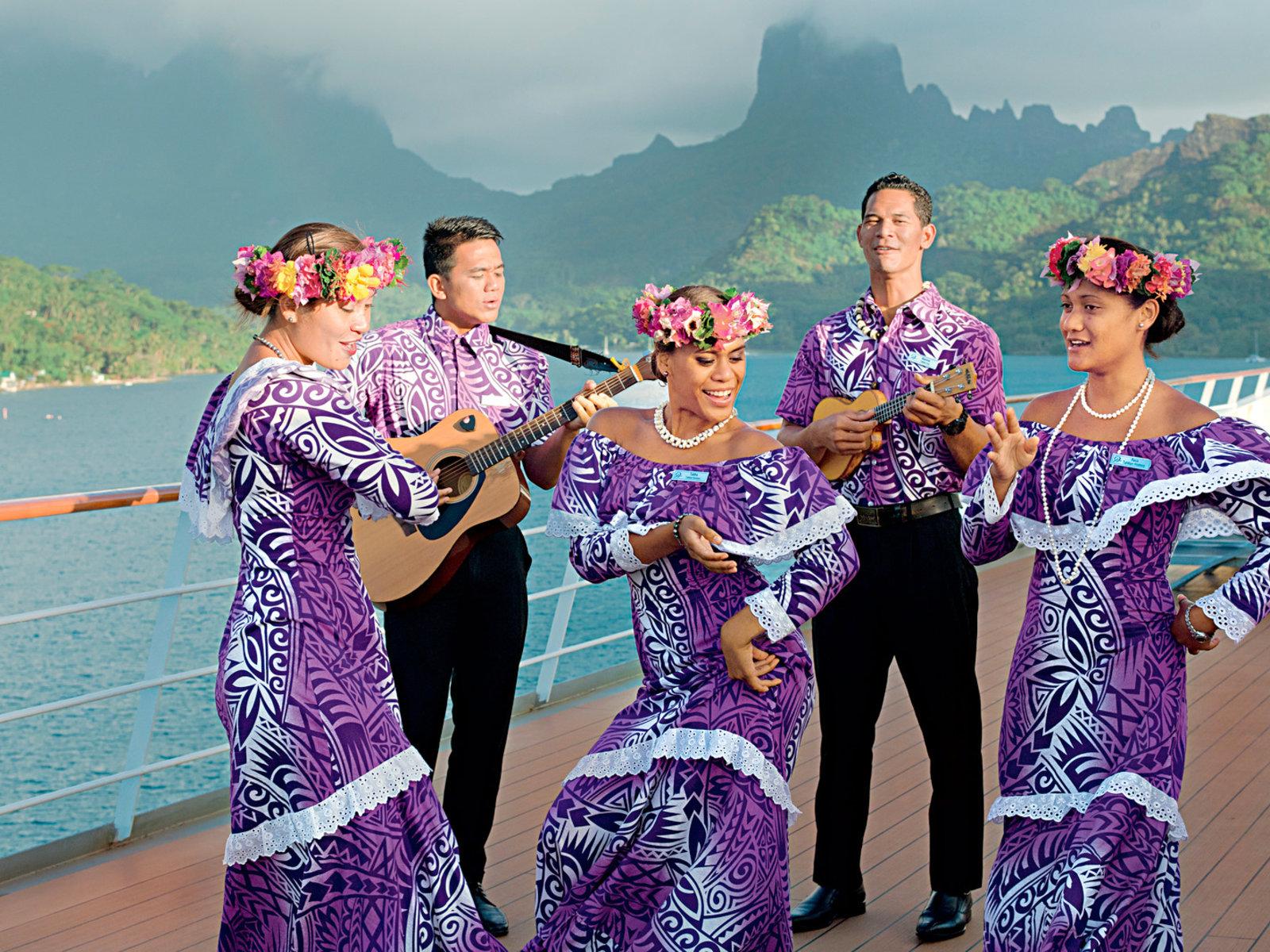 typische Tänze an Bord der Paul Gauguin