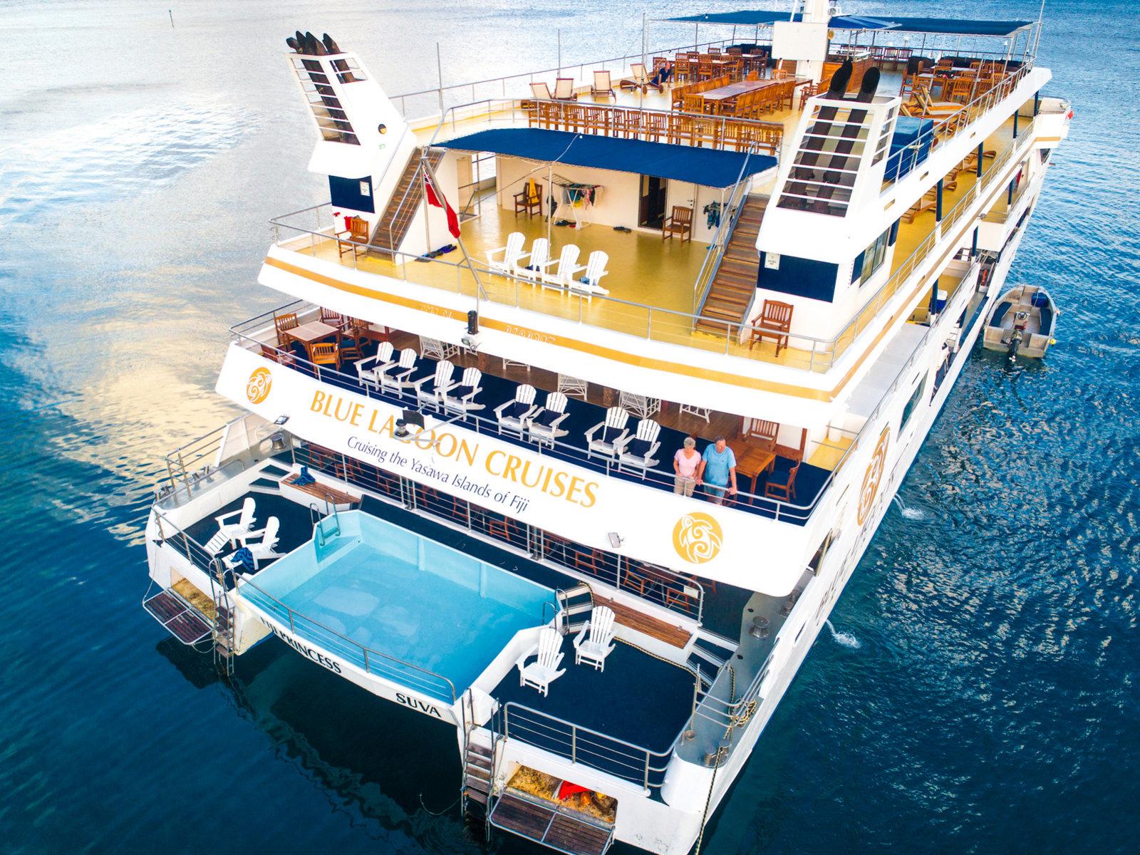 Rückseite des Schiffes mit Pool