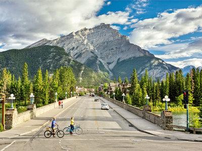Banff Avenue © Banff Lake Louise Tourism & Paul Zizka